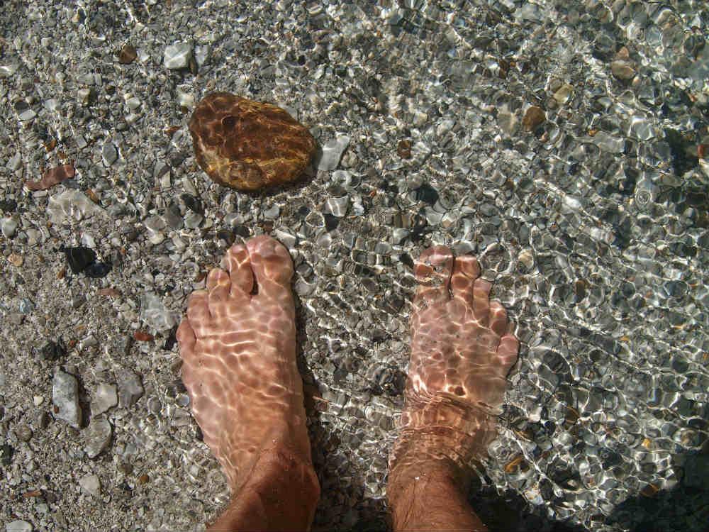 degetele de la picioare se umezesc)